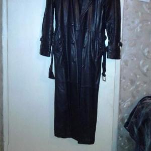 Продам кожаный мужской плащ 52- бу корея