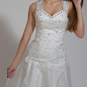 Продам свадебное платье для высокой девушки  Оно НОВОЕ ,  на свадьбу 16 000 тг. Со шлейфом,  с припусками для подгонки размера. его не одевали. На ней фирменные этикетки .  Писать Можно в ЛС,  можно в Ватсап
